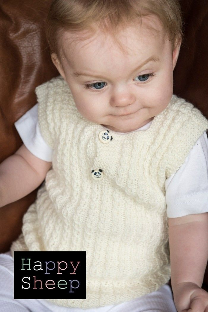 Super sød vest i et bedårende mønster. Vesten strikkes i det lækre Happy Sheep Baby Wool.