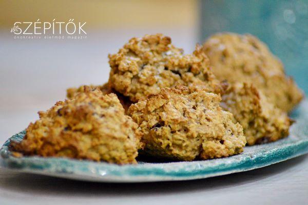 Gyorsan összeállítható, magas rosttartalmú és tápértékű süti - omlós és nagyon ízletes. Hozzávalók 16-20 darabhoz Bögre - 2,5 dl 1 bögre apró szemű zabpehely fél bögre zabliszt 1 nagyobb alma hámozva, nagy lyukú reszelőn lereszelve 5 dkg olvasztott - nem forró - vaj 1 egész tojás 1 tasak vaníliás cukor 2-3 ek méz (vagy fél bögre cukor - ízlés szerint ízesítsd) 1 mk őrölt fahéj csipetnyi só késhegynyi szódabikarbóna apróra vágott csokoládé (elhagyható) Elkészítés Az összetevőket egy nagyobb…