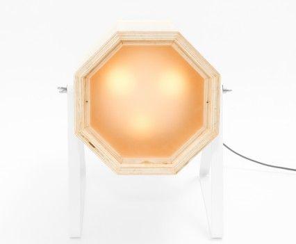 XL vooraanzicht Houten lamp met gele en witte band in een wit gepoedercoat stalen frame.  In de maten XL en Medium.  De Spotlight wordt op de showUP beurs eind augustus geïntroduceerd en is vanaf september 2016 te koop. Meer informatie volgt!