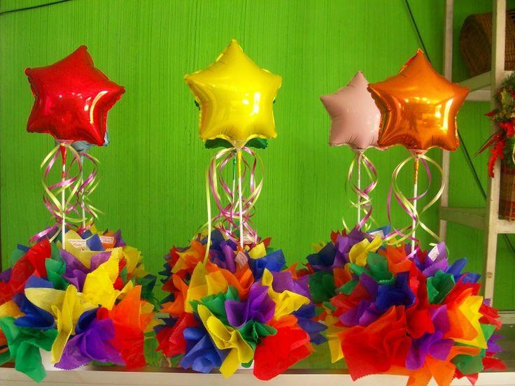 Lindos centros de mesa realizados con globos y papel de seda