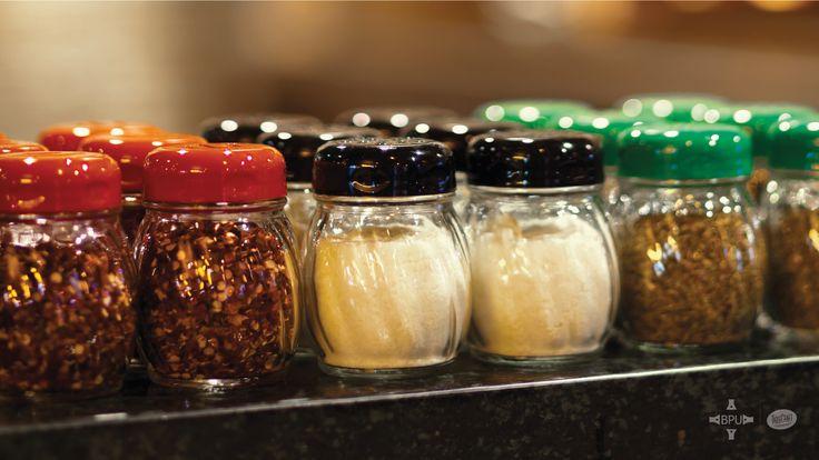Parmesano, peperoncino, orégano, todo en condimenteros #Tablecraft #businesspeopleunlimited / #bpu / www.bpu.com.co