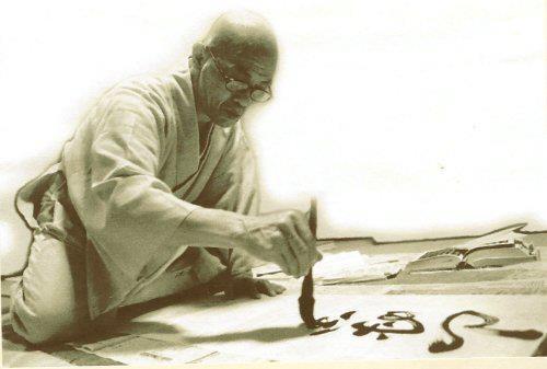 """書道  Shodō: composta da due ideogrammi: """"Sho"""" vuole dire Scrittura e """"Dō"""" vuole dire Strada, Via, Direzione, Ricerca. Non si tratta solo di bella calligrafia, ma anche espressione della forza dell'artista e del suo spirito. Per questo è un'arte prima che pura abilità manuale. Per lo Shodō, si usano pennelli (fude) di varia grandezza e tipo di pelo, inchiostro nero ricavato strofinando una pietra detta (sumi) su un particolare """"piatto"""" detto (suzuri) con acqua. La carta (kami)."""