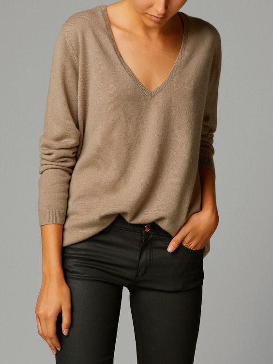 Pull en cachemire beige +pantalon noir + ... https://one-mum-show.fr/basiques-pull-cachemire/