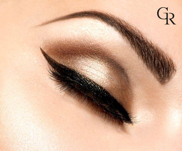 Eyeliner'ı kusursuz bir şekilde uygulamak için, tüm göz makyajı uygulamalarını bitirdikten sonra başla.