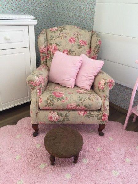 Poltrona de amamentação floral! Combinando com tecido colado na parede, também floral. Tapete rosa, móveis brancos. Lindo!