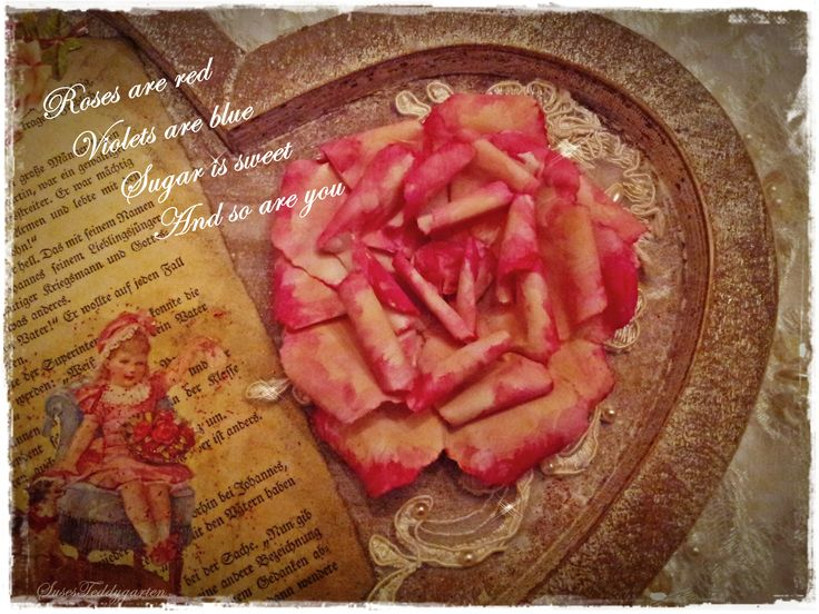 Holzherz, Collage mit Rose aus Papier, alten Buchseiten, Spitzen und Lackbild .