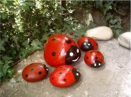 Resultado de imagem para pintar pedras para jardim