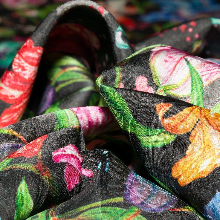 Жаккардовый шелк с цветочным принтом на черном фоне