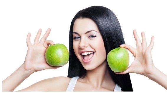 Antioksidan bakımından zengin elma hücre yenilenmesine katkıda bulunurken hücreleri tahribata karşı da koruyor. Mevcut saçı sağlıklı tutmak için haftada 3-5 gün elma yiyebilirsiniz. #HandeHaluk #ulus #zorlu #zorluavm #zorlucenter
