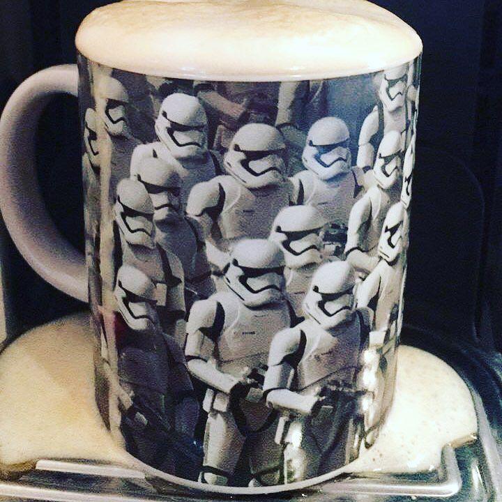 Noch schnell ne Instastory vom Kaffee machen gleich posten und dabei vergessen dass ja schon Milch in der Tasse ist... . Dann drüber gelacht und noch schnell beim Trinkfoto die Zunge verbrannt Was für ein Wochenstart . Das hat ja fast schon was von #lastnightinsweden  . Und? Wie läufts bei euch so? . #schlafentzug #kaffee #zuvielmilch #kleinepeinlichkeiten #stoormtrooper #tasse #starwars #cup #overload # #alltag #monday #mondaymotivation