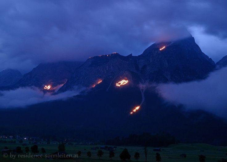 Berge in Flammen 2015, Bergfeuer zur Sommersonnenwende in der Tiroler Zugspitz Arena: Die Berge brennen!