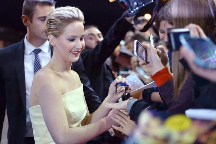 Left-Handed Celebrities | POPSUGAR Celebrity    Jennifer Lawrence