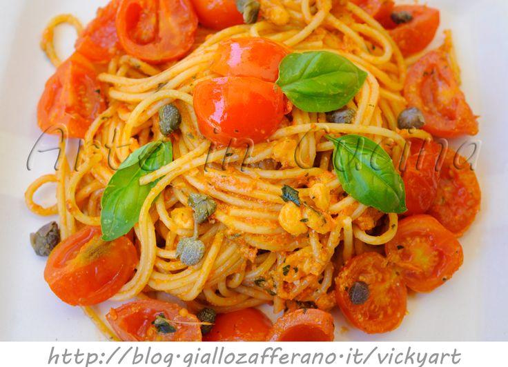 Spaghetti all'eoliana ricetta siciliana veloce, primo piatto semplice, ricetta in pochi minuti, primo profumato, pomodori, pesto alle mandorle, idea veloce per pranzo, cena