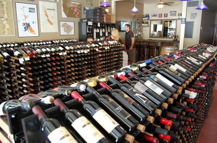 Navegando por una tienda de vinos.    Post cortesía de nuestros amigos de Winefocus