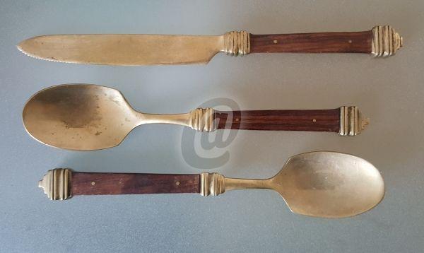 Set 2 linguri si un cutit, vintage, cupru si lemn este fabricat de ` costă 45 lei . Set 2 linguri si un cutit, vintage, cupru si lemn se afla pe stoc si se plateste la primirea coletului. Mai multe produse din categoria Accesorii bucatarie, Antichitati - Artizanat - Colectionabile