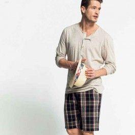 Dit chino-short draagt lekker op een warme dag en is leuk te combineren met een shirt en blouse erover.