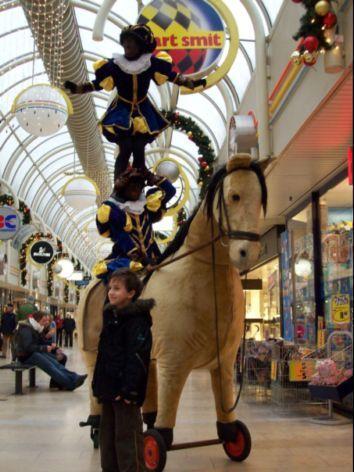 Acrobaat piet met speelgoed paard http://www.sintentertainment.nl/pietenattracties.html