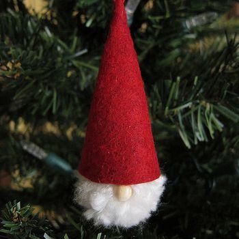 北欧スウェーデンでは、あごひげの長い妖精トムテが、サンタ(ユールトムテ)といわれています。そんなトムテをフェルトと毛糸で手作り。ひげの部分は毛糸で作ったポンポンです。本場のクリスマスの雰囲気が感じられます。