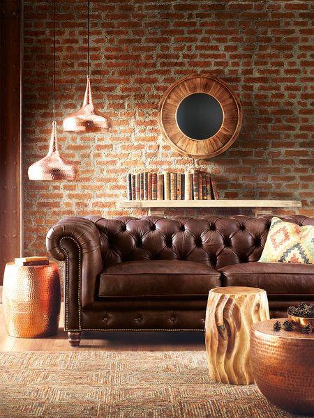Salón con sofá chester de cuero