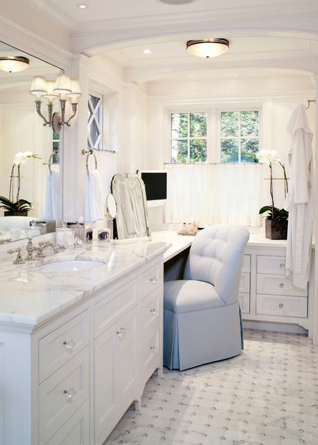 Instead of 2 sinks use the space for corner sitting / make up area