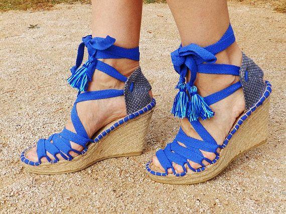 f068d9e4d16 Sandalias de cuña de 10 cm con talonera azul desgastado y cintas ...
