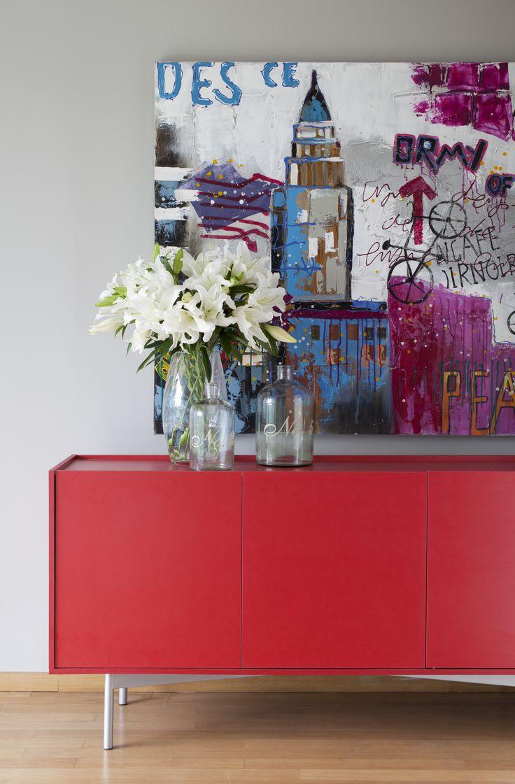 Quer uma decor jovem e despojada? Invista em móveis coloridos como esse buffet vermelho. O quadro e os vasos completaram o ambiente ;)