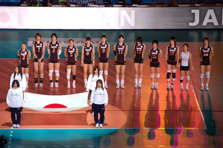 L'équipe féminine japonaise de volley ball s'entraîne avec un robot