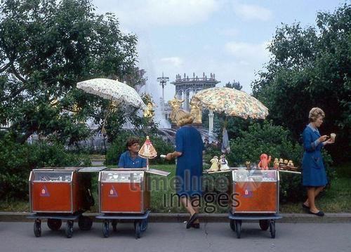 Matroschka-Verkauf in Moskau, 1967 Juergen/Timeline Images #60er #Moskau #Eis #Eisverkauf #Straßenverkauf #Streetfood #Fotographie #photography #historisch #historical #traditional #traditionell #retro #nostalgic #Nostalgie #Sonnenschirm #Sommer #Sonne #Schirm #Sonnenschutz #UDSSR #Sowjetunion #rot
