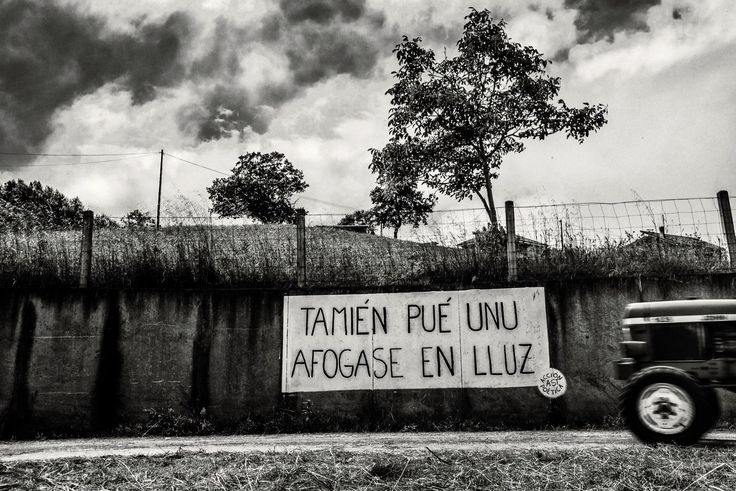 Acción Poética Asturias. Versos de un poema de Héctor Pérez. Pintada en Llanera.