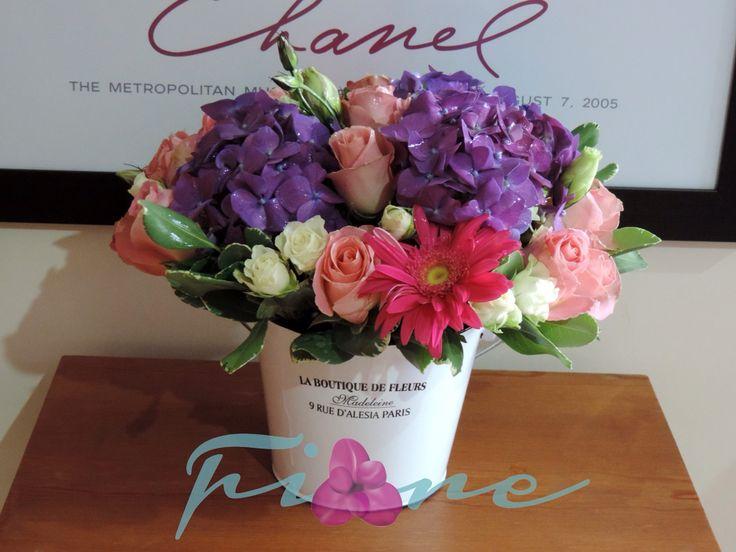 Hortensia morada y rosas