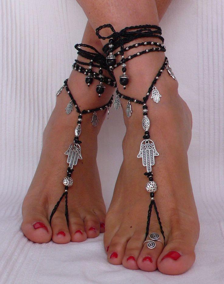 Dieses Angebot gilt für ein Paar Sandalen barfuß und eine Zehe Ring.  Wunderschöne und einzigartige barfuss Sandalen mit einem ethnischen Vibration. Sie sehen toll aus als Halskette oder an den Händen auch :)  Handmade Gestricken mit Liebe und Sorgfalt mit gewachstem Polyesterband, tibetische Silber Beads, tague Rocailles, Glasperlen und Silber Hamsa Connector und Charme.  Die Spitze ist lang genug, um es 2 Mal um das Bein wickeln. Jedes Ende der Zeichenfolge wird mit Glasperlen, tibetische…