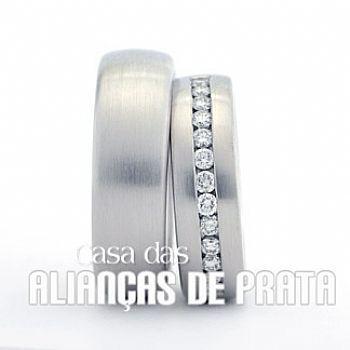 Par de alianças de compromisso em prata 950 Peso aproximado: 18 gramas o par Largura: 6,5 mm Pedra: Cravejadas inteira com Zirconia Anatômica  Acabamento Fosco