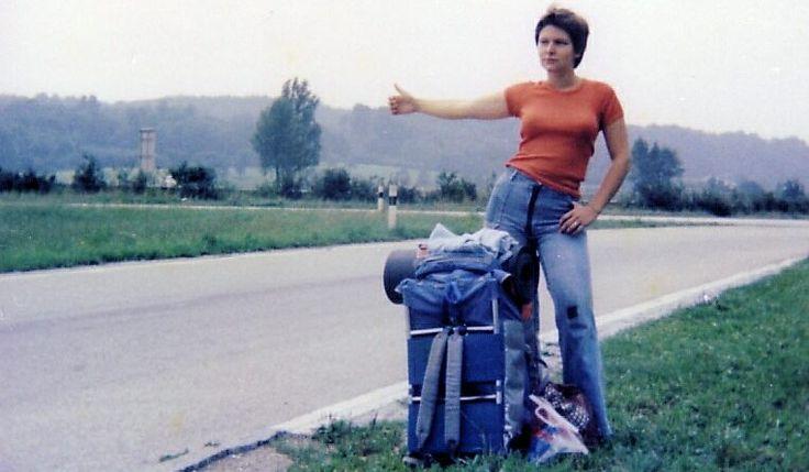 Trampen / Hitchhiking Artikel mit diversen Web-, App-Adressen und Tipps: Rucksack auf, Daumen raus! Per Anhalter fahren ist Reisen für Mutige und Freiheitsliebende. Die Tramperkultur hat sich verändert, manist inzwischen gut vernetzt. Eins istabergleich geblieben: Die Erfahrung ist einzigartig.