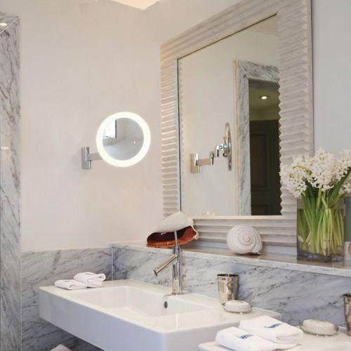 Un accessoire qui en séduira plus d'une : ce miroir grossissant est éclairé et orientable. Avec son design chromé poli et sa structure en zinc, il s'associera sans problème à de nombreuses salles de bain.