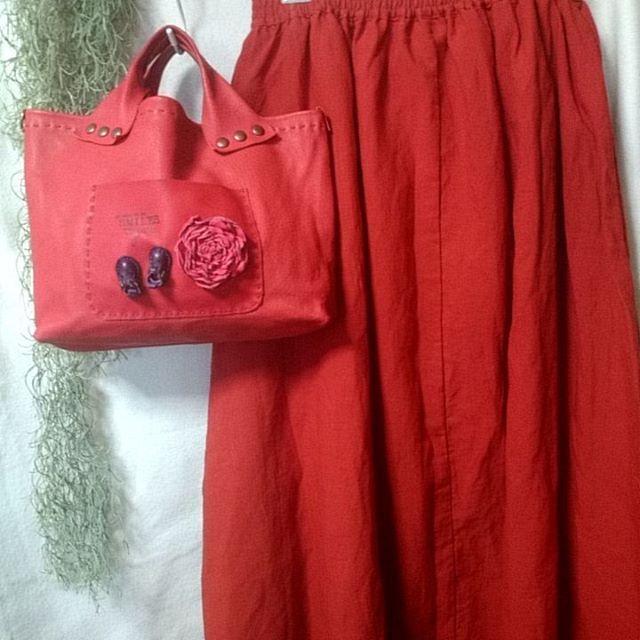 2016.5.4  昨日、赤いスカート買っちゃった♥  この前作った赤いバック持って、 愛車も真っ赤(笑)  次は赤のコンバース狙ってます~ ✨✨✨ #アウトレット  #赤好き #似合わなくてもいいんです #還暦ではありません #5月8日はあさみやフリマ