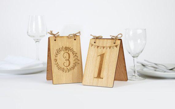 Questi numeri di tavoli in legno sono laggiunta perfetta per le tabelle di celebrazione.  Tabella numeri rendono più facile per la famiglia e gli amici per individuare i loro posti pranzo a matrimoni ed altri eventi di celebrazione.  I numeri sono incisi su un lato come standard. È possibile avere il numero inciso su uno o entrambi i lati.  Con due disegni da scegliere - si può montare il vostro numero di tavolo al vostro tema.  Ogni numero può essere imballato piatto così molto semplice da…