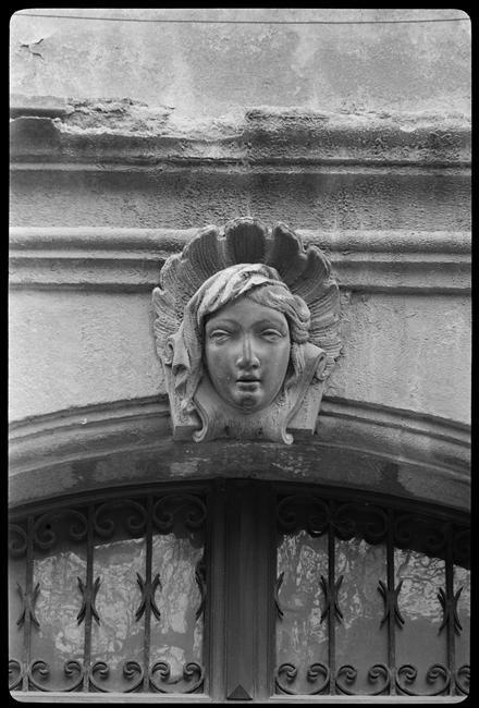 Mascaron    tête dans une coquille Saint  Jacques Bovis Marcel   1904-1997  photographe