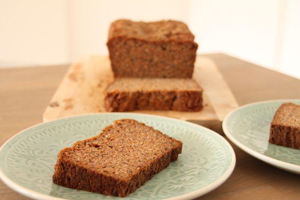 Wortel speculaas broodcake- Tja, hoe zal ik dit heerlijke baksel eens noemen? Eigenlijk is het een kruising van een cake en een (bananen)brood. Een broodcake dus maar, die je gelijk in de Sinterklaasstemming brengt door de speculaaskruiden. Smullen geblazen!