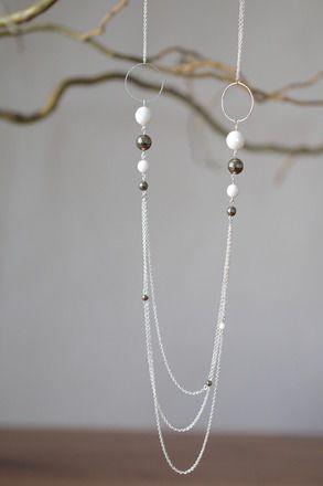 Sautoir multi-rang avec un dégradé de perle en pyrite et porcelaine facettés  Ce joli sautoir multi-rang se compose de 13 perles en pyrite (pierre semi-précieuse) et porcelai - 11843063
