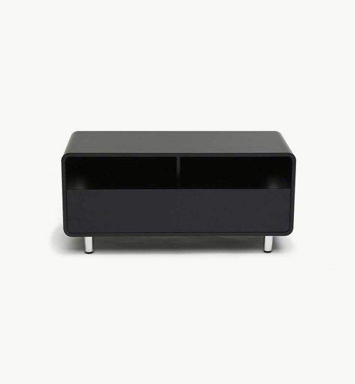 U-turn mediabänk är tänkt som en något ungdomlig bänk med de runda hörnen och en helt egen stil. Den må vara liten i storleken med gluppsk när det kommer till föremål. Den rymmer nämligen det mesta trots att den är så pass liten. Man får plats med TV, spelkonsoller, DVD-filmer, DVD-spelare m.m. Material: MDF.  #azdesign #designstudio #svart #u-turn