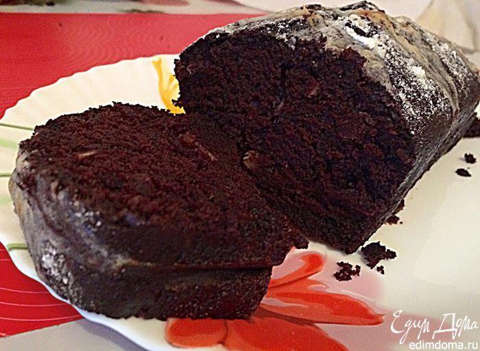 Шоколадный кекс с кленовым кремом. Если вам нравится аромат кофе, влейте в тесто чашечку крепкого эспрессо.  Вместо уксуса белого вина можно добавить яблочный уксус, а вместо сливочного сыра — жирную сметану.