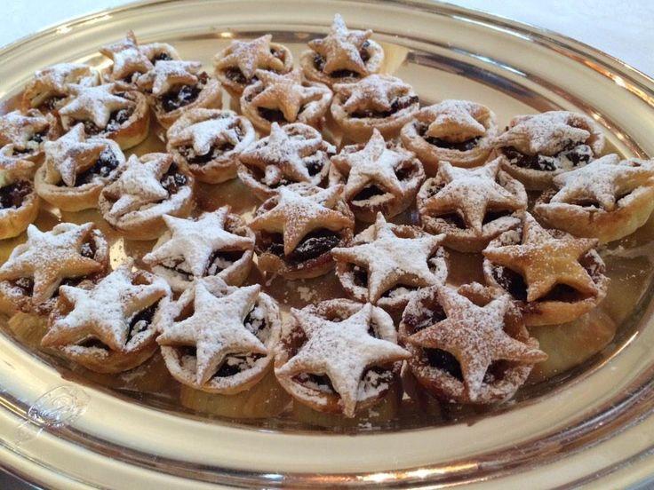 イギリスのクリスマスの定番スウィーツ、ミンスパイ。サクッとした生地とドライフルーツやりんごなどのスパイシーなミンスミートは紅茶との相性も抜群。素朴なお菓子です。クリスマスイルミネーションとほぼ同時期にスーパーの店頭に並び始めます。