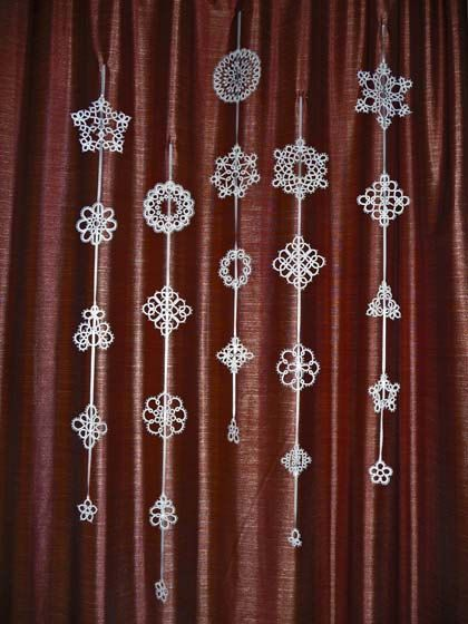 Tatting Christmas garland white snowflakes .: