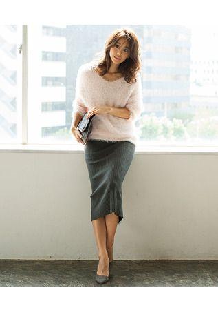 冬のエレガントスタイルならこれに決まり!バルキーニット×タイトスカートのコーディネートを提案。ボリュームのあるトップスなら、アクセがなくとも華やかに仕上がります。小物も柔らかいカラーでトーンを統一して、大人っぽさをプラスして。(スタイリスト/川村桃子)