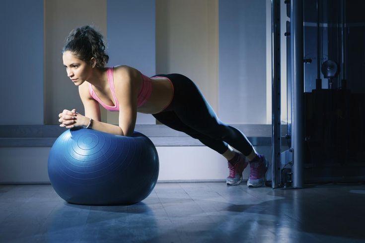 Vous avez un ballon de pilates mais ne savez pas comment vous en servir à la maison ? Suivez l'enchaînement de Maximilien Ferraris, professeur de pilates à L'Usine. Sélection de sept mouvements simples et efficaces pour muscler l'ensemble du corps.