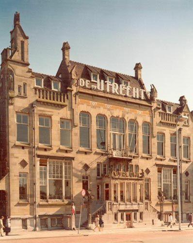 """Levensverzekeringsmaatschappij """"De Utrecht"""", het oude gebouw aan de Catharijnesingel..... later AMEV in Rijnsweerd. Het gebouw is gesloopt voor de bouw van Hoog Catharijne. Triest...."""