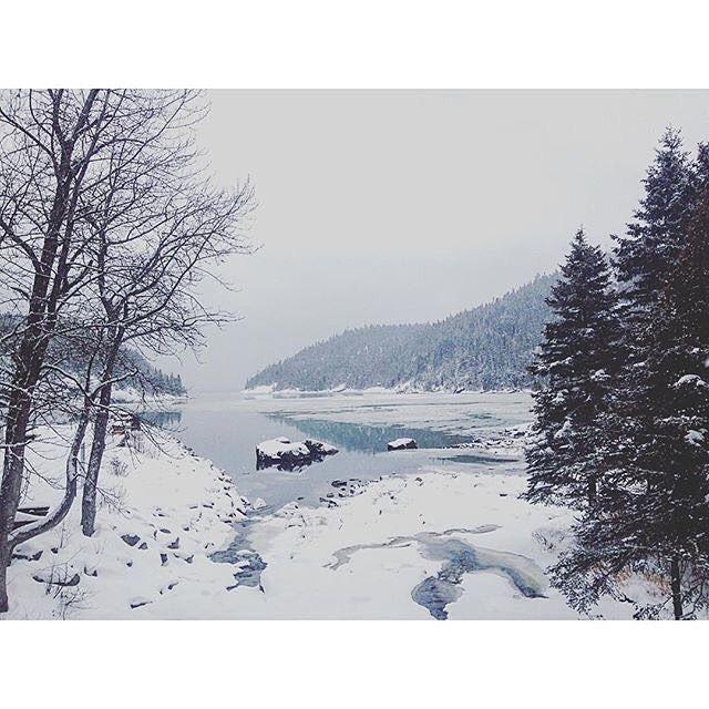 Petit paysage hivernal. C'est pas déplaisant du tout. : @beyriesmusic #charlevoix #MonCharlevoix #quebecoriginal #explorecanada #explorequebec #quebec #canada #moutains #landscape #nature #winter #snow #water #travel by charlevoixatr