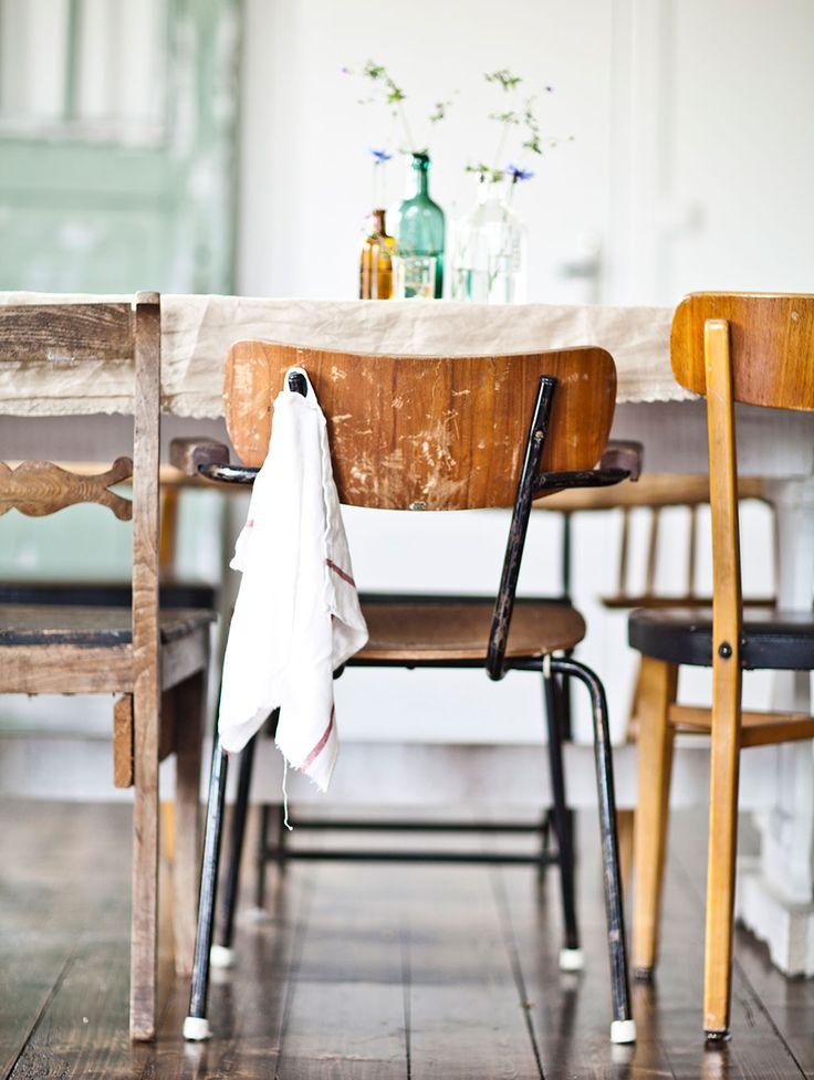 INRED MED LOPPISFYND Á LA ELSA BILLGREN: 5. Fynda kökshanddukar. Den klassiska vita, röd- eller blårutiga, handduken behöver inte bara ligga över degbunken när det ska jäsas. Jag fyndar dem gärna för en femma på loppis och hänger upp på varje stol när det vankas middag. Handduken är nämligen inte bara vacker, billig och lättvättad, den är nämligen också den perfekta servetten | Hus & Hem