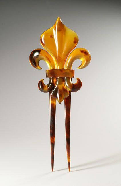 Superb thick Tortoiseshell Hairpin. French fleur-de-lys pattern hinged to the prongs. Late 19th century
