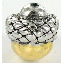 Detaljeret charm udformet som et agern og med guld/sølv